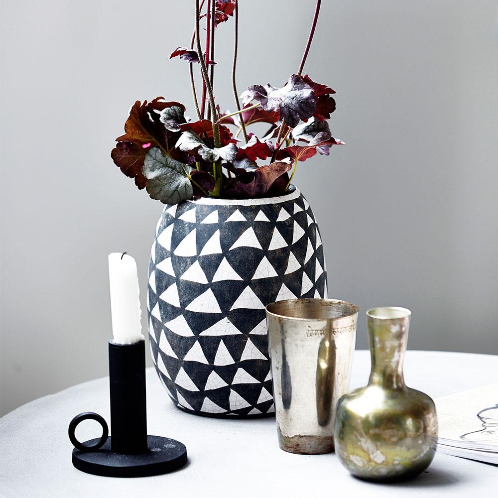 triangular vase black white house doctor house doctor. Black Bedroom Furniture Sets. Home Design Ideas